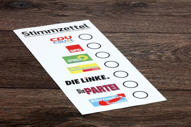 Stimmzettel mit Parteien