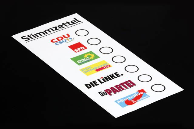Wahlzettel mit Parteien