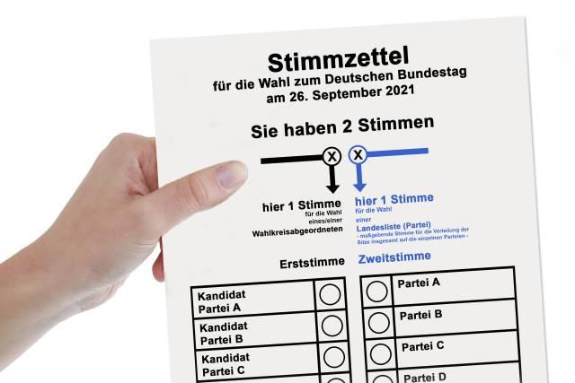 Bundestagswahl - Stimmzettel in der Hand