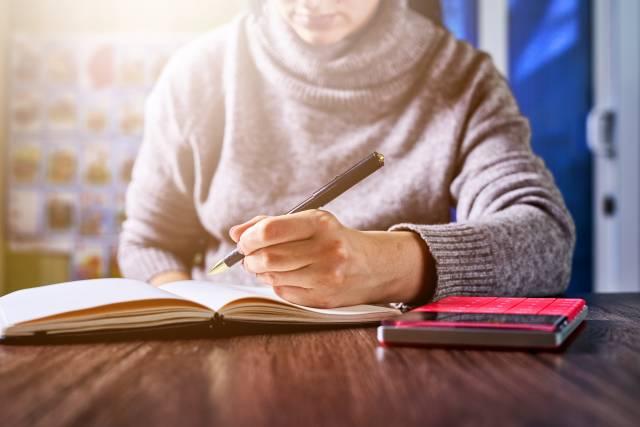 In ein Notizbuch schreiben
