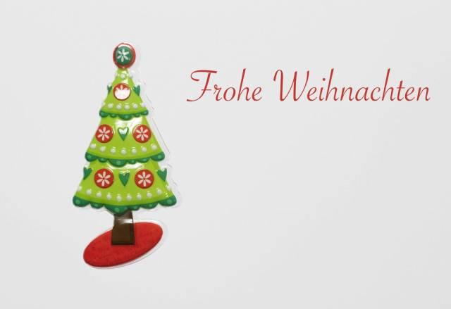Frohe Weihnachten - Schriftzug mit Weihnachtsbaum auf weißem Hintergrund