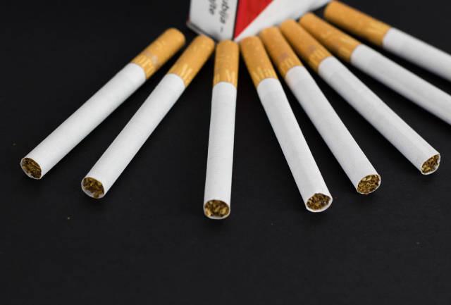 Zigarettenpackung vor schwarzem Hintergrund