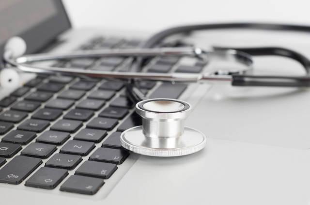 Stethoskop auf der Tastatur eines Laptops