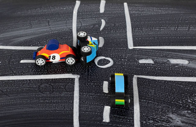 Autounfall mit Spielzeugautos. Symbolbild