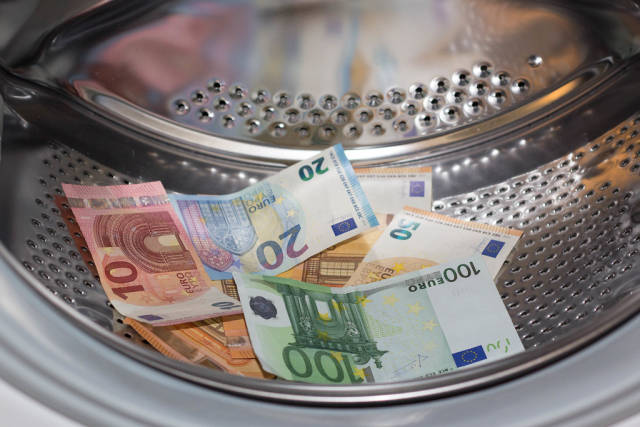 Geldwäsche - Geld in einer Waschmaschine waschen