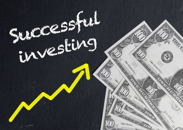 Text SUCCESSFUL INVESTING mit steigendem gelben Trendpfeil neben Banknoten