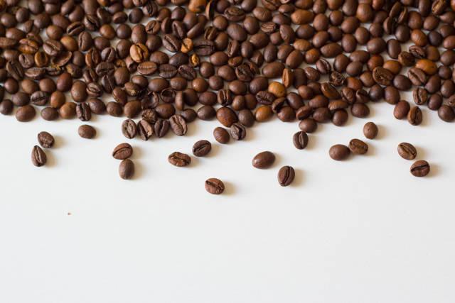 Kaffeebohnen auf einem weißen Tisch