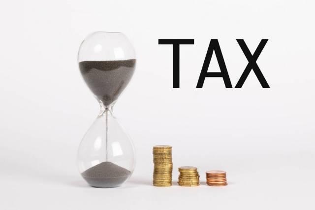 Countdown für Steuererklärung – Schriftzug Tax mit Sanduhr und Münzen