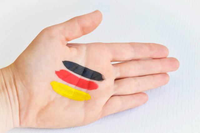 Hand mit Deutschlandfarben