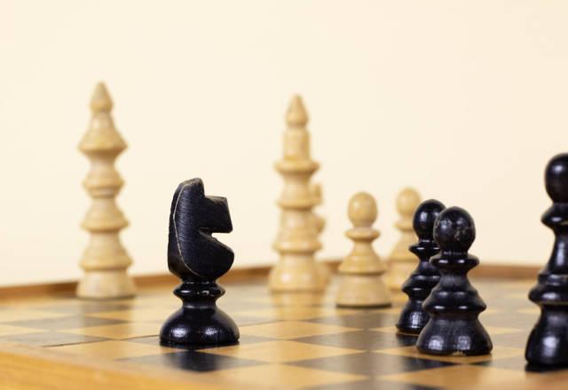Schachfiguren auf einem Schachbrett. Springer und Bauern