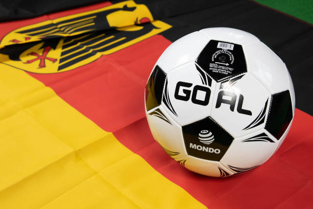 Fußball auf deutscher Flagge