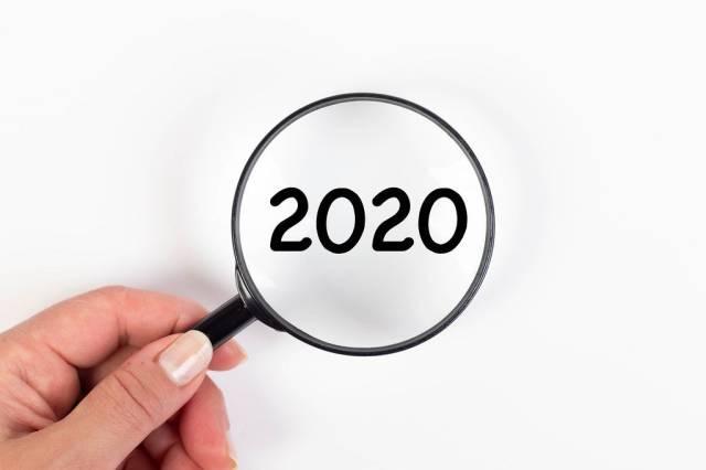 2020 unter Vergrößerungsglas mit weißer Hintergrund