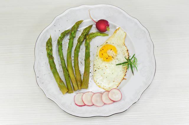 Asparagus with fried egg