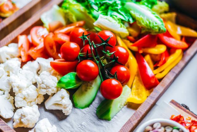 Platte mit frischem Gemüse