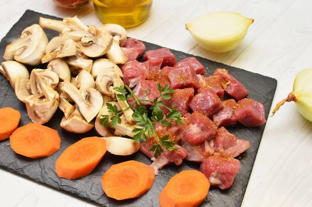 Rinderfleisch, Möhren und Champignons