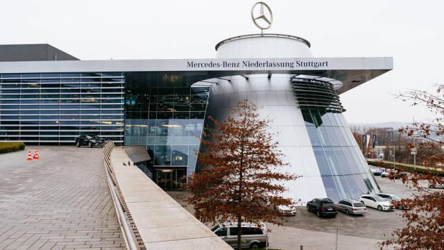 Mercedes-Benz modern showroom / Mercedes-Benz moderner Showroom