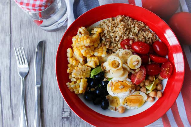 Fitnesssalat mit Quiona, Kichererbsten, Tomaten, Mais und Ei