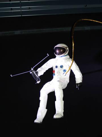 Astronaut mit einem Werkzeug in der Hand