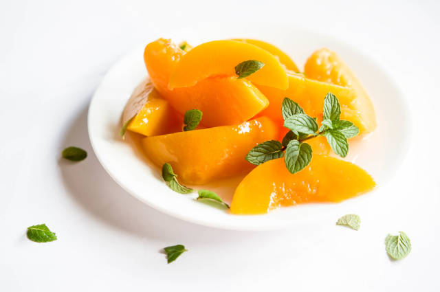 Plate with sliced peaches