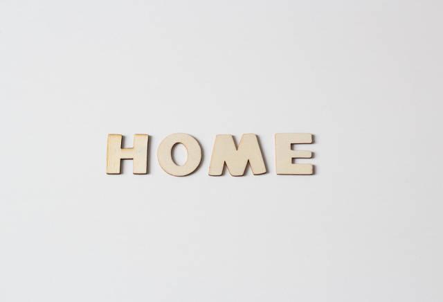 Buchstaben vor weißem Hintergrund: HOME