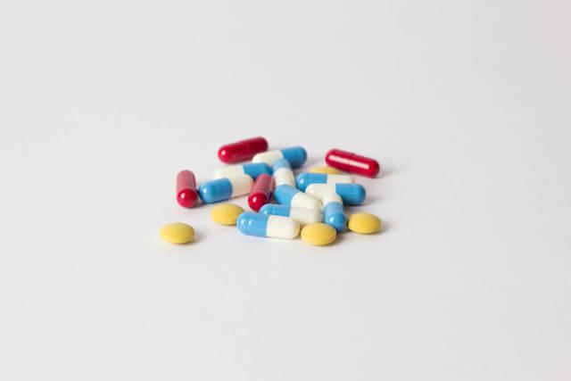 Tabletten auf weißem Tisch