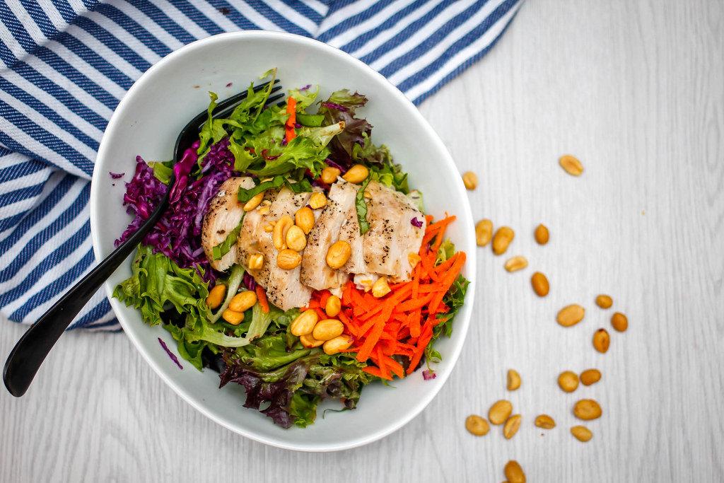 Salat mit Hähnchenbrust und Erdnüssen. Draufsicht