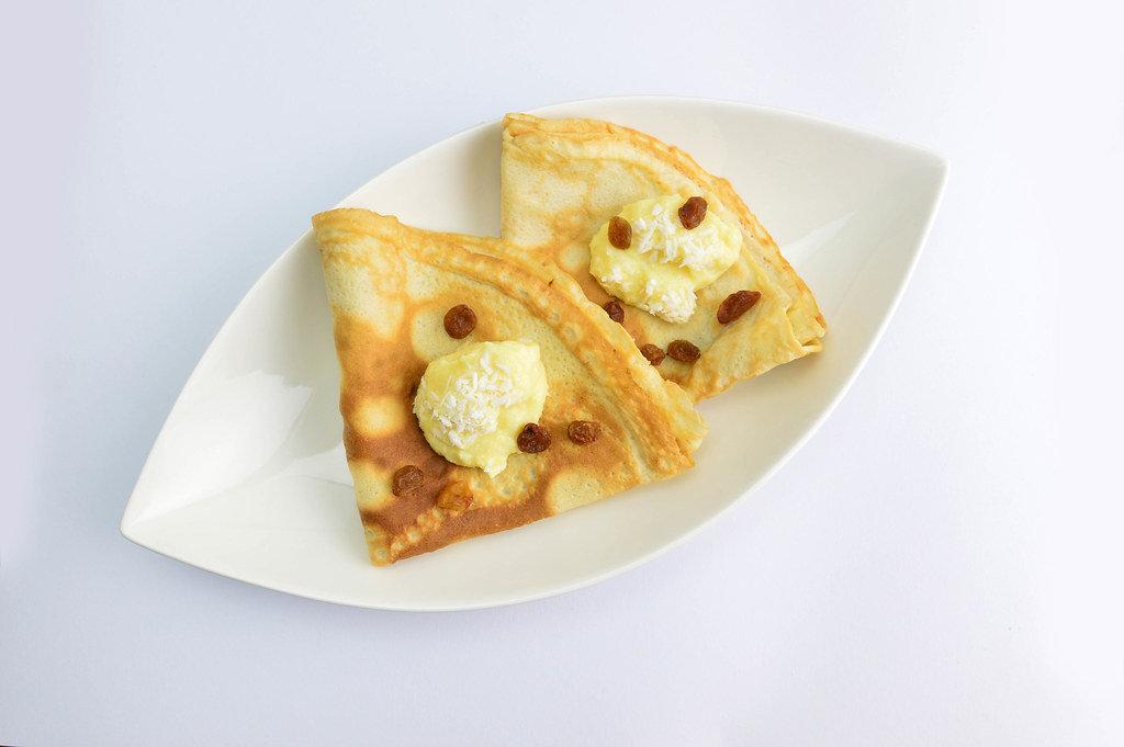 Pfannkuchen mit Bananen-Mousse und Rosinen