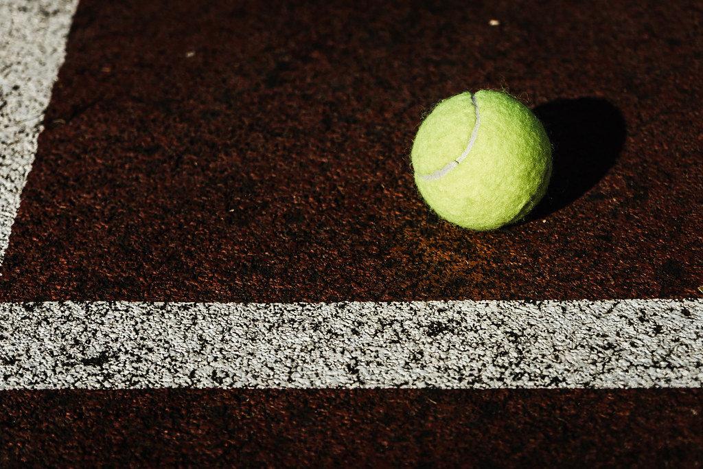 Tennisball auf dem Tennisplatz