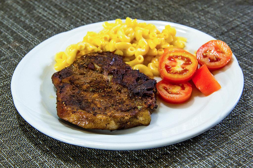 Steak mit Makkaroni und Tomaten