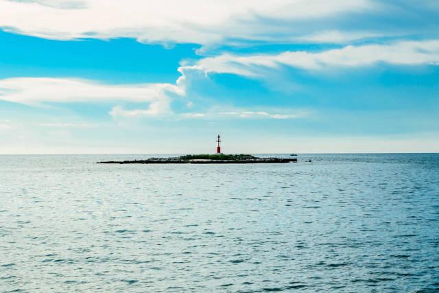 Der alte Leuchtturm auf einer winzigen Insel