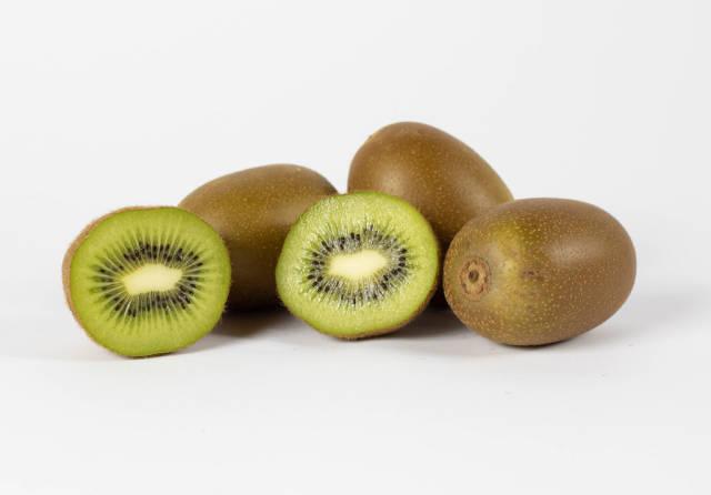 Mehrere Kiwifrüchte vor weißem Hintergrund