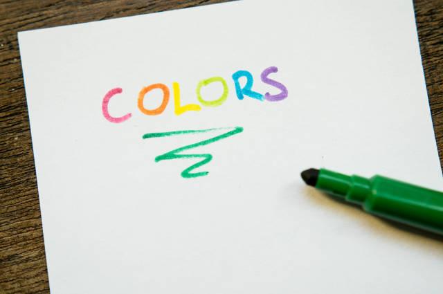 COLORS geschrieben mit Markern auf einem Blatt Papier