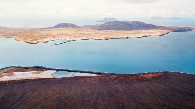 Luftbild einer kargen Küstenlandschaft