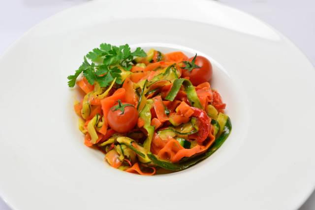 Pasta mit Gemüse, Kräutern und Tomaten