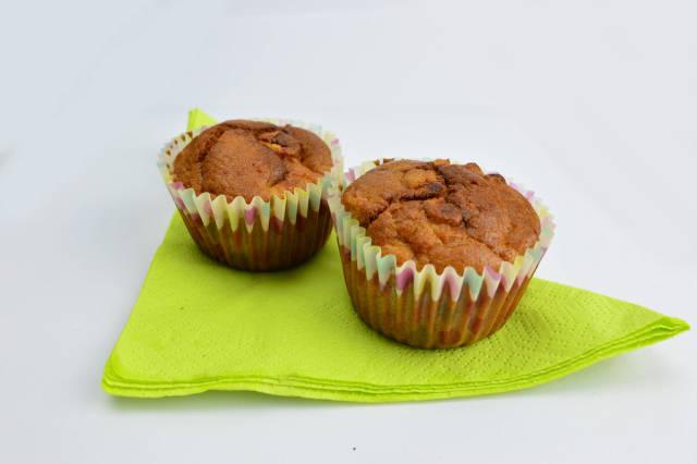 Muffins mit Rosinen auf einer grünen Serviette