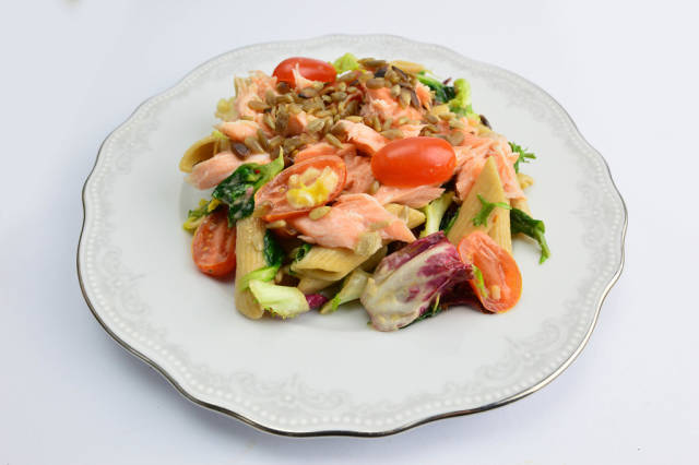 Pasta with salmon, tomatoes, spinach and sunflower seeds
