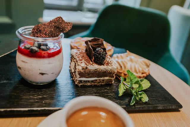 Eine Auswahl an Kuchen und Nachspeisen