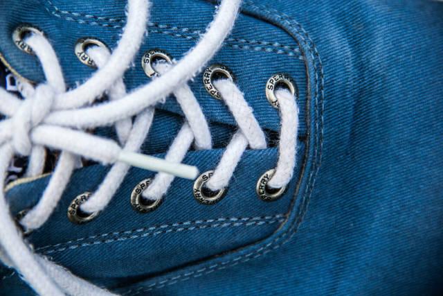 Nahaufnahme eines blauen Schuhs mit weißen Schnürsenkeln