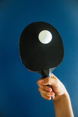 Pingpong-Ball auf dem Tischtennisschläger balancieren