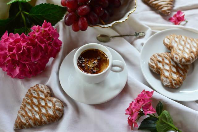 Espresso und Lebkuchenherzen