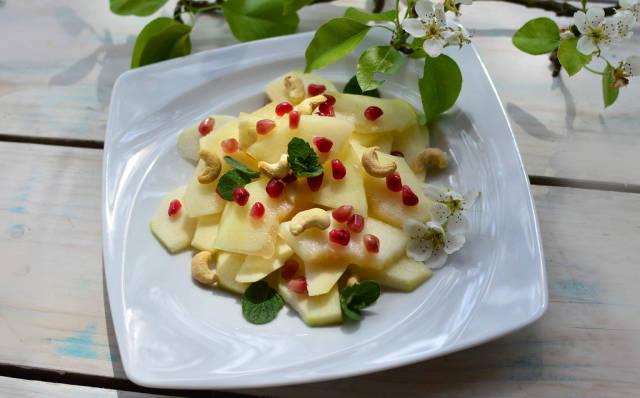 Obstsalat mit Birne, Granatapfel und Cashewnüssen