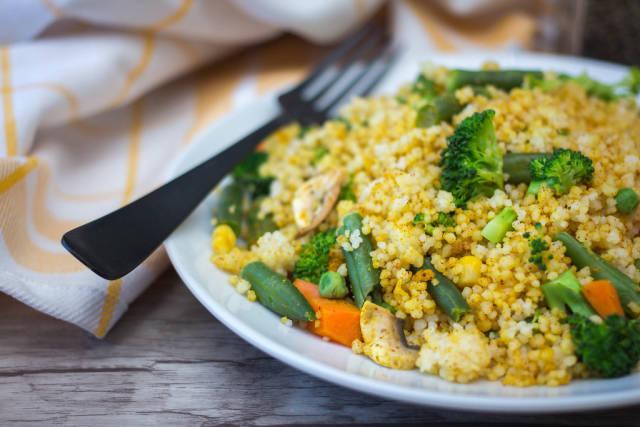 Kuskus mit Brechbohnen, Brokkoli, Karotten und Erbsen
