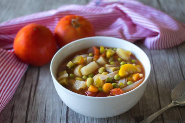 Schüssel mit italienischer Gemüsesuppe