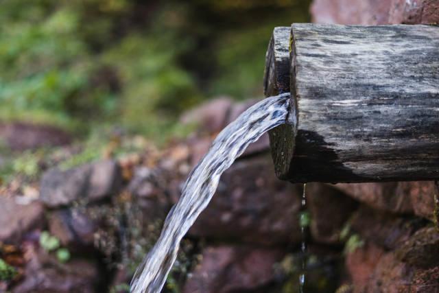Nahaufnahme einer Wasserquelle