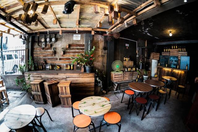 Ein Coffeeshop in industieller Holz Design Einrichting