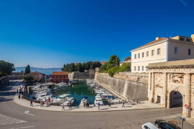 Ein kleiner Bootshafen in der Stadt Zadar in Kroatien
