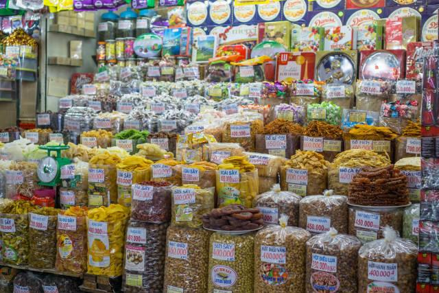 Große Auswahl an Knabberzeug und Trockenfutter am Markt Ben Thanh in Saigon