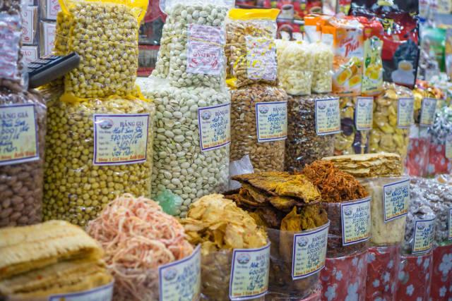 Nüsse und Trockenfutter am Markt Ben Thanh in Saigon