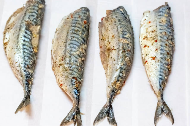Cooking fish with herbs and spices