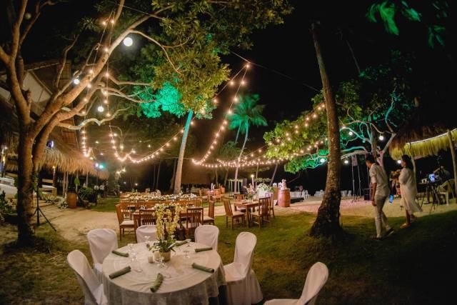 Der von Lichtern am Nachthimmel überdeckte Garten einer Hochzeit in Punta Bulata